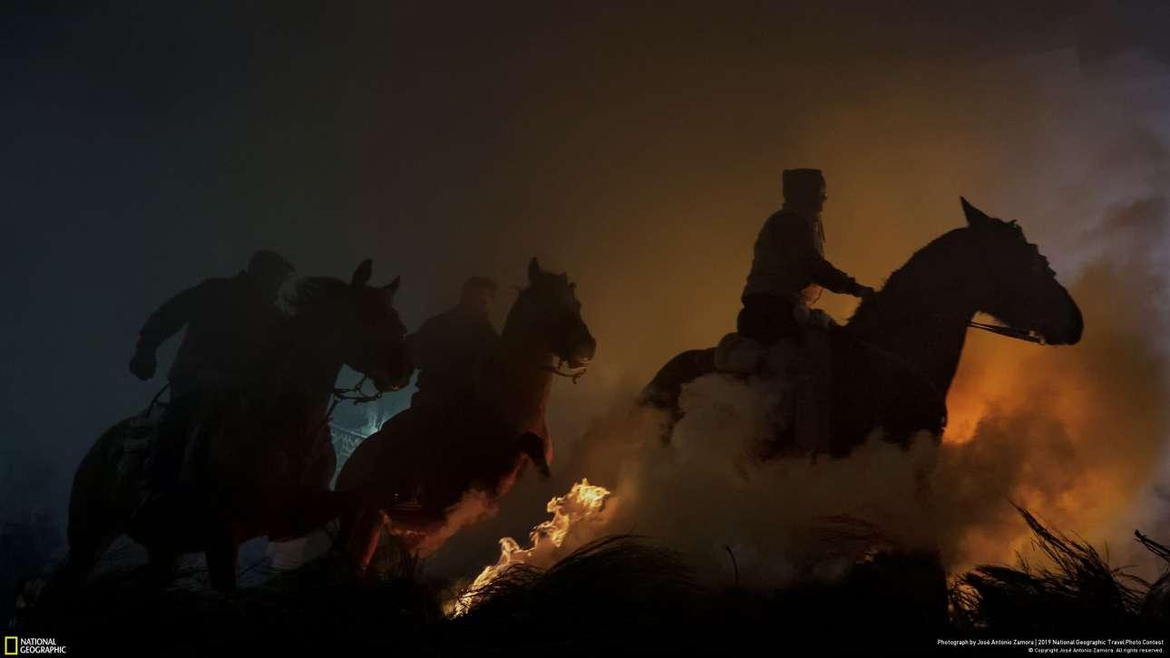 «Αλογα», του Χοσέ Αντόνιο Ζαμόρα, και τρίτο βραβείο στην κατηγορία Ανθρωποι. «Κάθε χρόνο στη γιορτή του Αγίου Αντωνίου τελείται ο αγιασμός των ζώων στην Ισπανία, γνωστός ως Las Luminarias. Στην επαρχία της Αβίλα, άλογα και καβαλάρηδες πηδούν πάνω από φωτιές σε ένα τελετουργικό που παραμένει αναλλοίωτο από τον 18ο αιώνα. Για να βγάλω τη φωτογραφία, μετακόμισα από τη Σεβίλλη στο Σαν Μπαρτολόμ ντε Πινάρ, καθώς με ενδιαφέρει πάρα πολύ να φωτογραφίζω προγονικά τελετουργικά»