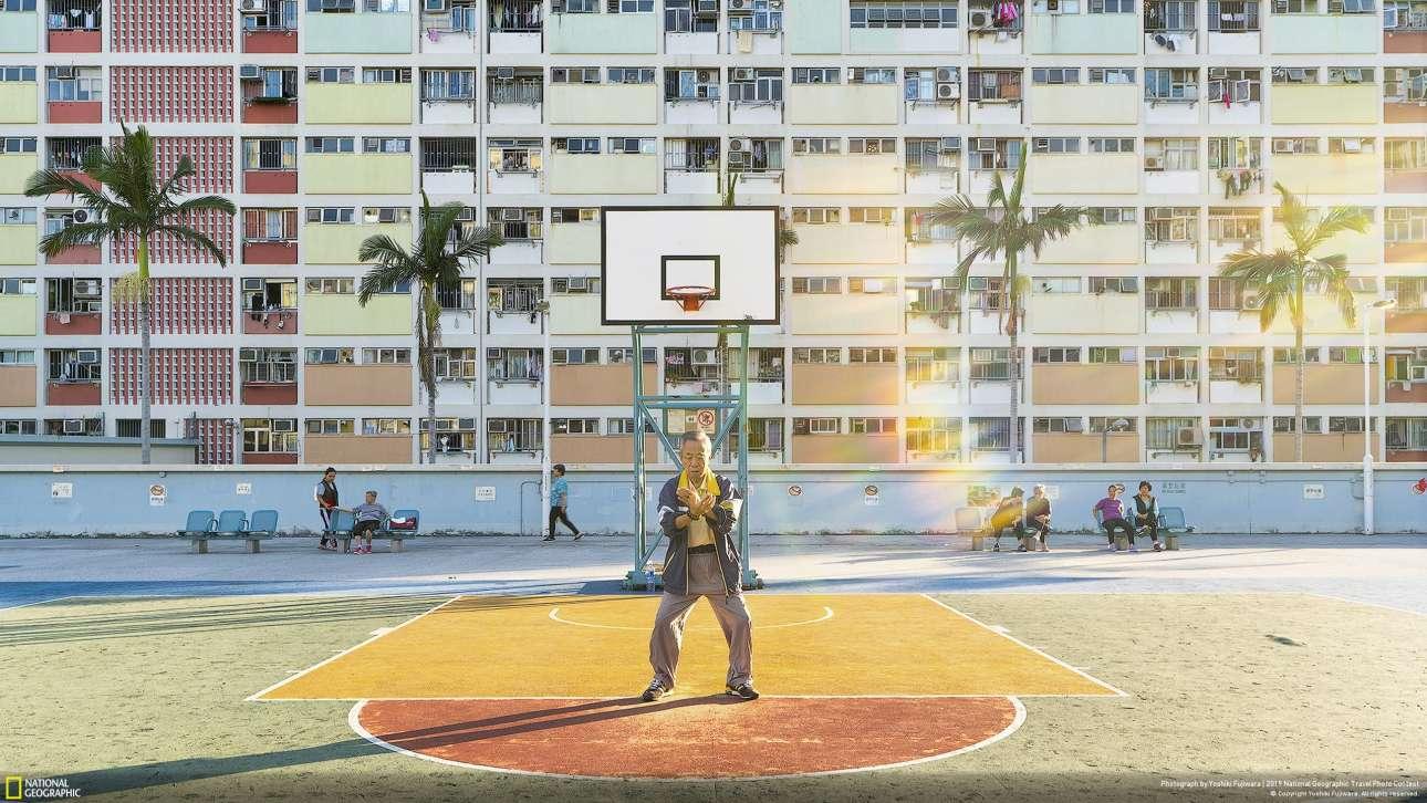 «Καθημερινή άσκηση», του Γοσίκι Φουτζιβάρα, δεύτερο βραβείο στην κατηγορία Ανθρωποι. «Απαθανατίστηκε στο δημόσιο πάρκο στο Choi Hung House του Χονγκ Κονγκ. «Οταν το επισκέφτηκα είχε πάρα πολύ κόσμο, με πολλούς νέους να τραβούν φωτογραφίες και να παίζουν μπάσκετ. Οταν όμως ξαναπήγα τα ξημερώματα, ήταν ήρεμα, σαν να ήταν ένα διαφορετικό μέρος. Υπάρχει μία ιερότητα στην ατμόσφαιρα της γειτονιάς. Το ένιωσα όταν είδα έναν ηλικιωμένο άνδρα να κάνει τάι τσι στον ήλιο» αναφέρει ο φωτογράφος