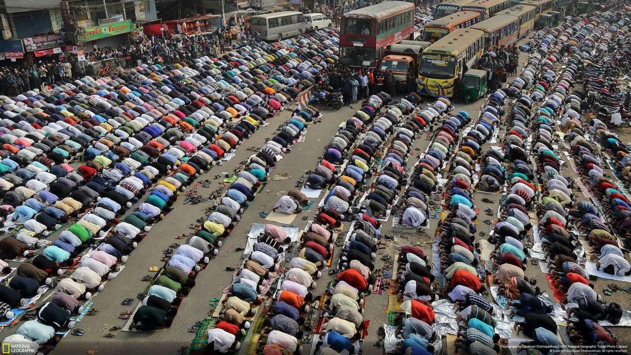 «Οι δρόμοι της Ντάκα», του Σαντιπάνι Τσατοπαντχάγιαχ, πήρε το τρίτo βραβείο. Ανθρωποι που προσεύχονται στους δρόμους στην Ντάκα κατά τη διάρκεια του Ιζτέμα, της ιδιαίτερης ισλαμικής γιορτής. Πρόκειται για μία από τις μεγαλύτερες ετήσιες ισλαμικές συναθροίσεις με εκατομμύρια μουσουλμάνους να επισκέπτονται την πόλη κατά τη διάρκειά της. Οι χώροι λατρείας δεν είναι αρκετά μεγάλοι για τον πληθυσμό που προσέρχεται και έτσι πολλοί βγαίνουν στο Τόνγκι, τον κεντρικό δρόμο της Ντάκα. Και φυσικά η κυκλοφορία των οχημάτων σταματά