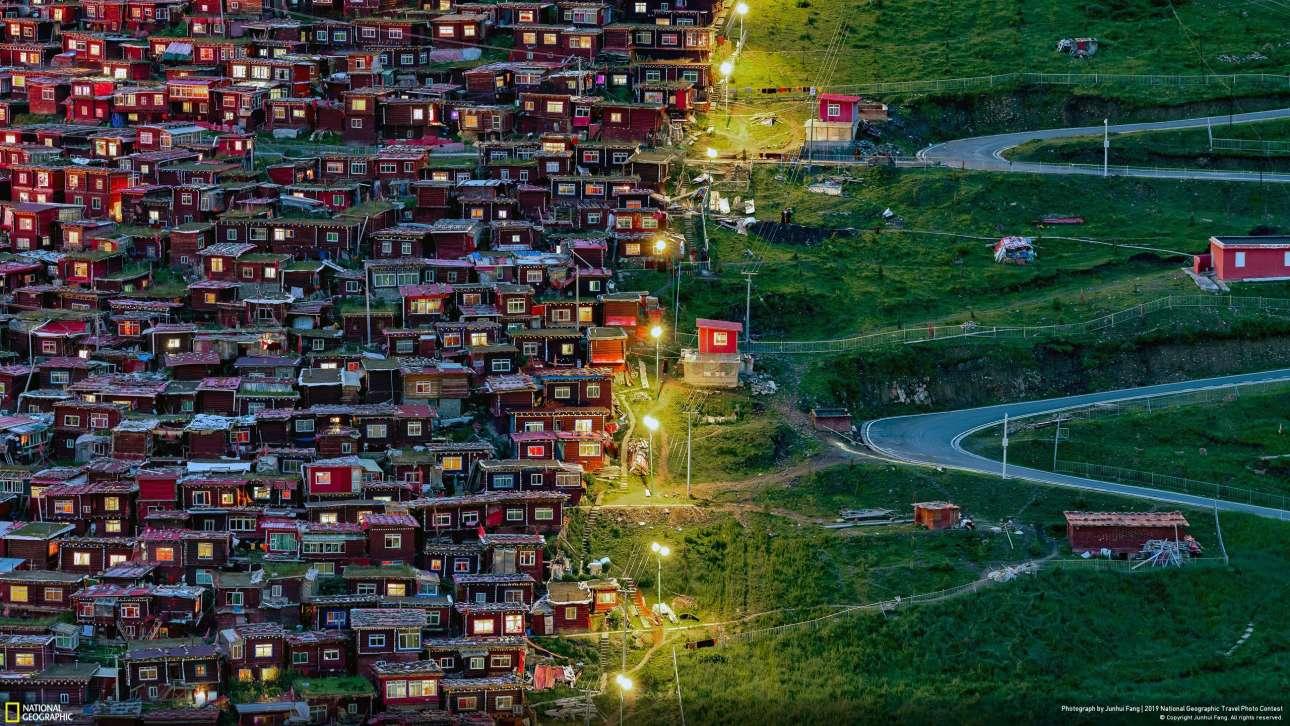 Τιμητική διάκριση έλαβε η φωτογραφία του Τζουνχουί Φανγκ με τίτλο «Ακολούθησε το φως». Η λήψη έγινε από την ακαδημία Seda Larung Gar, που απέχει 14 ώρες με το αυτοκίνητο από την πιο κοντινή πόλη. Ενα δύσκολο ταξίδι με πολλούς ορεινούς, δύσβατους δρόμους. Στη φωτογραφία διακρίνονται στα αριστερά μικρά κόκκινα σπίτια, ενώ άδειοι δρόμοι κατεβαίνουν την άλλη, άδεια και πράσινη πλευρά. Οι μοναχοί ακολουθούν τα φώτα για να επιστρέψουν σπίτι τους. «Ημουν τυχερός που το φωτογράφισα και συγκινήθηκα βαθιά από την πίστη των μοναχών. Σχεδιάζω να επιστρέψω στη Seda το επόμενο καλοκαίρι για να τραβήξω περισσότερες φωτογραφίες» δήλωσε ο καλλιτέχνης