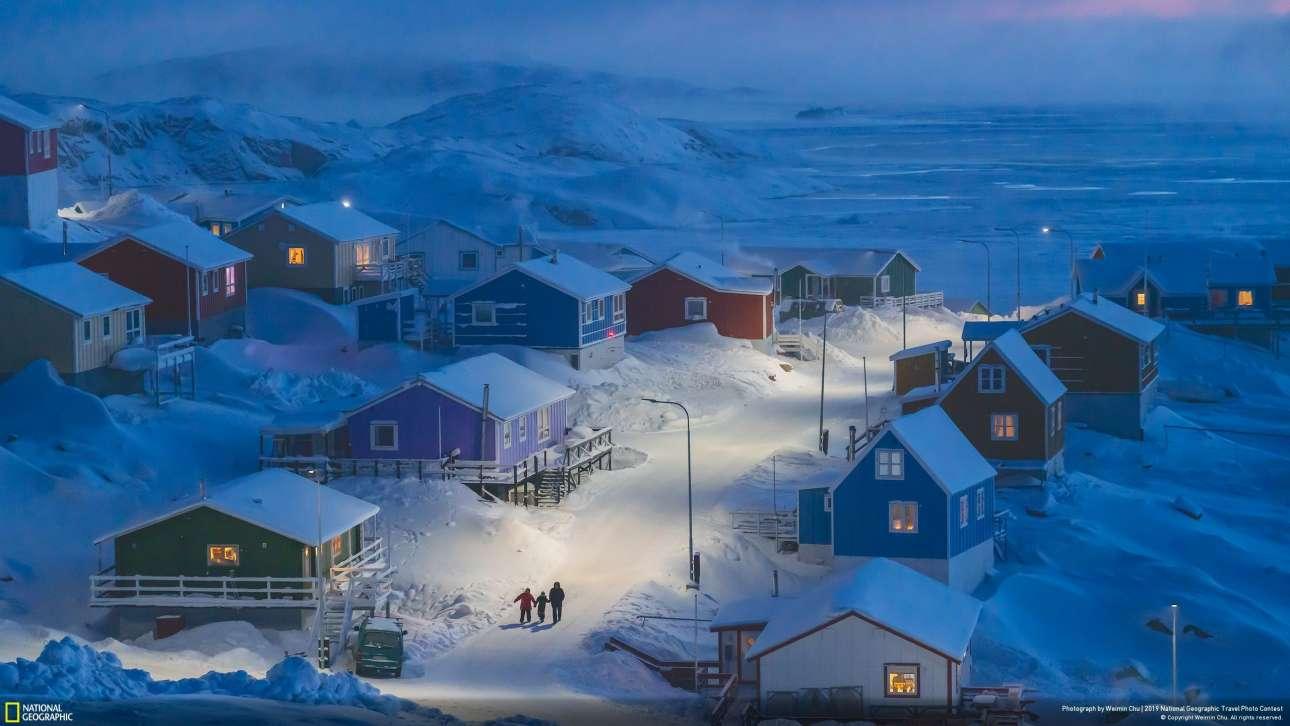 Το πρώτο βραβείο του διαγωνισμού με τα 7.500 δολάρια απέσπασε ο Βέιμιν Τσου για τη φωτογραφία «Χειμώνας στη Γροιλανδία». Η φωτογραφία απεικονίζει ένα ψαροχώρι περίπου 1.000 κατοίκων, το Ουπερνάβικ. «Τράβηξα αυτή τη φωτογραφία στο πλαίσιο του τρίμηνου πρότζεκτ μου στη Γροιλανδία, που είχε στόχο να παρουσιάσει τη ζωή των ντόπιων» εξηγεί ο ίδιος. «Ολόκληρη η περιοχή ήταν καλυμμένη με ψυχρό χιόνι και η γαλάζια απόχρωση του σούρουπου σε έκανε να αισθάνεσαι ακόμη περισσότερο το κρύο»