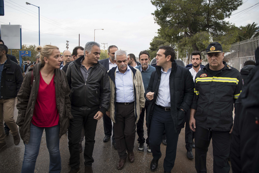 Νοέμβριος 2017. Η Ρένα Δούρου συνοδεύει μαζί με τον Πάνο Σκουρλέτη και τον Νίκο Τόσκα τον Αλέξη Τσίπρα στα περίχωρα της πλημμυρισμένης Μάνδρας στη Δυτ. Αττική, όπου πέθαναν 24 συμπολίτες μας...
