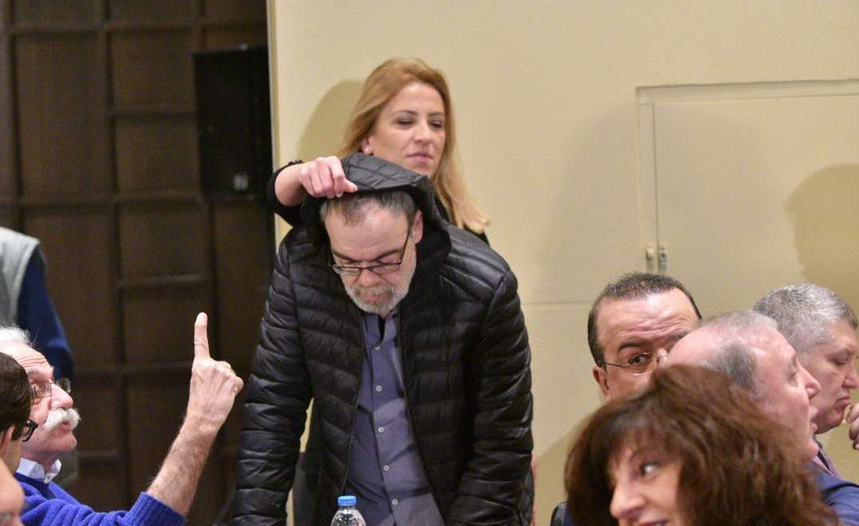 Φεβρουάριος 2017. Η Ρένα Δούρου φοράει την κουκούλα στον βουλευτή Γιώργο Κυρίτση κατά τη διάρκεια συνεδρίασης της ΚΕ του ΣΥΡΙΖΑ