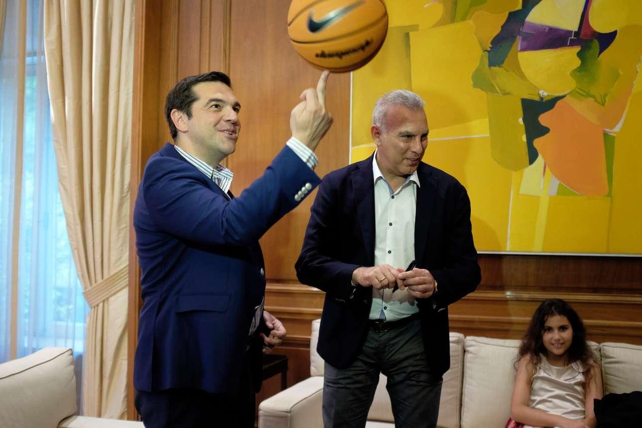 Ιούνιος 2016. Υποδέχεται τον Νίκο Γκάλη στο Μαξίμου και επιδεικνύει πόσο επιδέξια χειρίζεται το μεσαίο δάκτυλο για να παίξει με την μπάλα του μπάσκετ