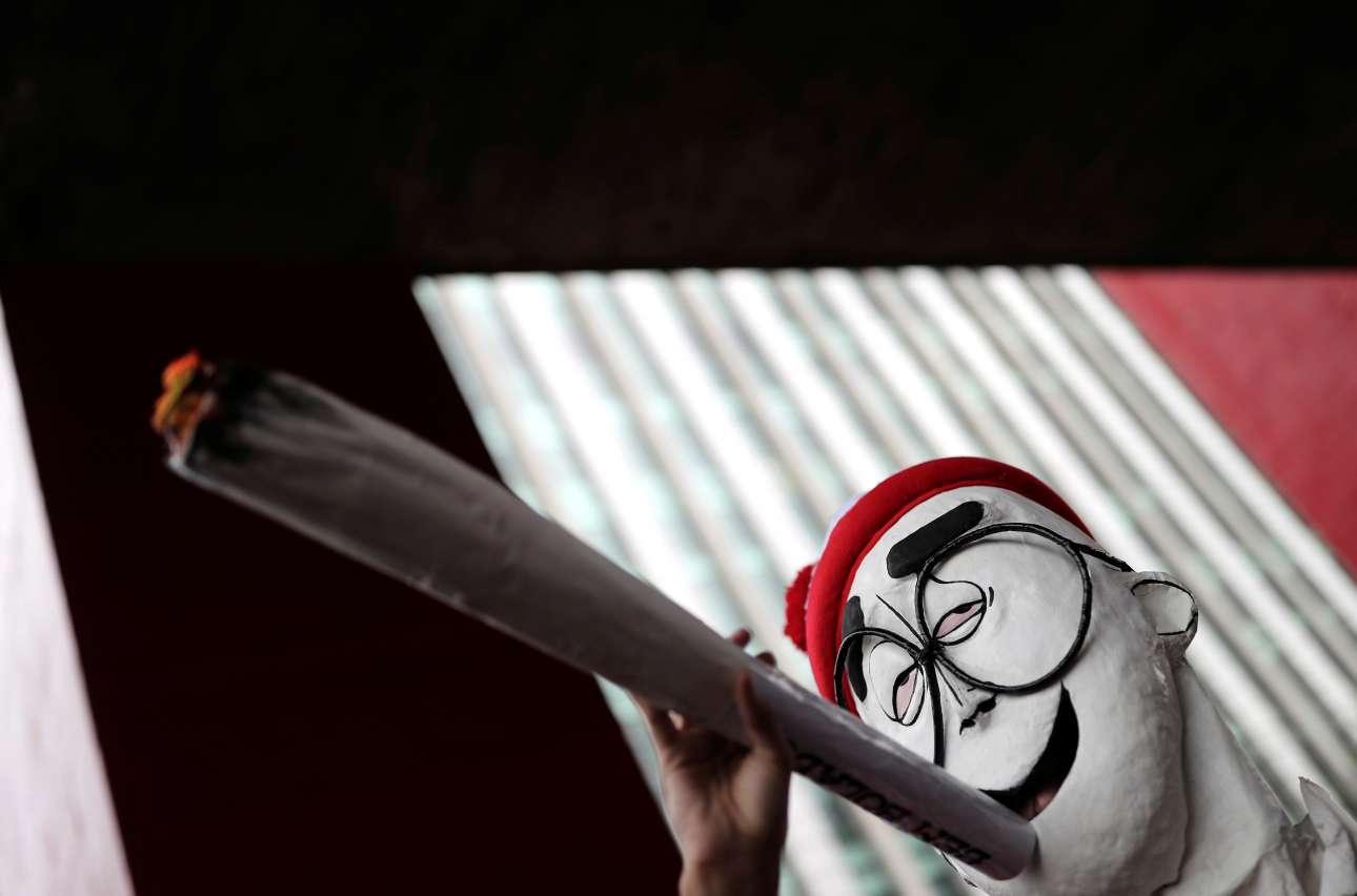 Aνδρας φορώντας μάσκα του χαρακτήρα Γουόλι από τη σειρά βιβλίων «Πού είναι ο Γουόλι;» συμμετέχει σε διαδήλωση στο Σάο Πάολο της Βραζιλίας υπέρ της νομιμοποίησης της καλλιέργειας ινδικής κάνναβης για ιατρική και ψυχαγωγική χρήση