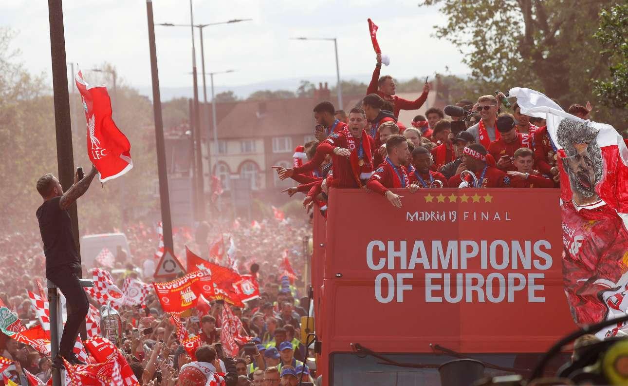 Απίστευτες σκηνές στους δρόμους του Λίβερπουλ. Ο δεσμός της ομάδας και των παικτών με την τοπική κοινωνία είναι από τα βασικά συστατικά της διαχρονικής επιτυχίας της