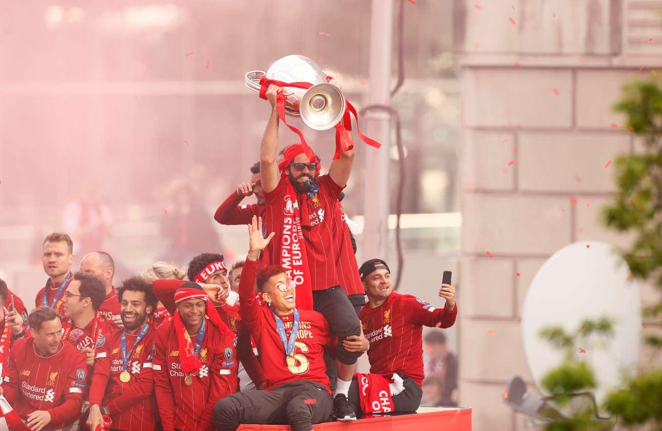 O Αλισον, o βραζιλιάνος γκολκίπερ που κράτησε το μηδέν για τη Λίβερπουλ, υψώνει το τρόπαιο του Champions League