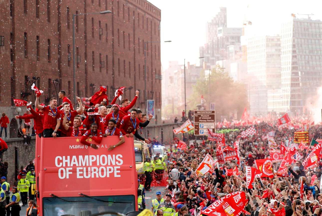 Οι παίκτες παραληρούν στην οροφή του λεωφορείου όπως και οι οπαδοί. Η Λίβερπουλ είναι ξανά η καλύτερη ομάδα της Ευρώπης, αν όχι του κόσμου
