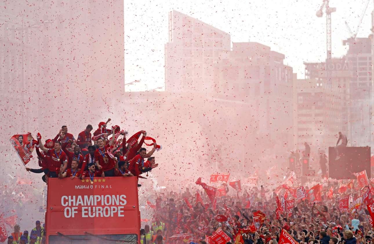 «Πρωταθλητές Ευρώπης». Το ανοιχτό λεωφορείο της Λίβερπουλ διασχίζει μια κόκκινη «θάλασσα» οπαδών που καλωσορίζουν τους θριαμβευτές στην πόλη