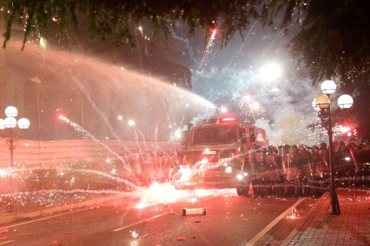 Διαδηλωτές συγκρούονται με αστυνομικές δυνάμεις κατά τη διάρκεια αντικυβερνητικής διαδήλωσης στα Τίρανα