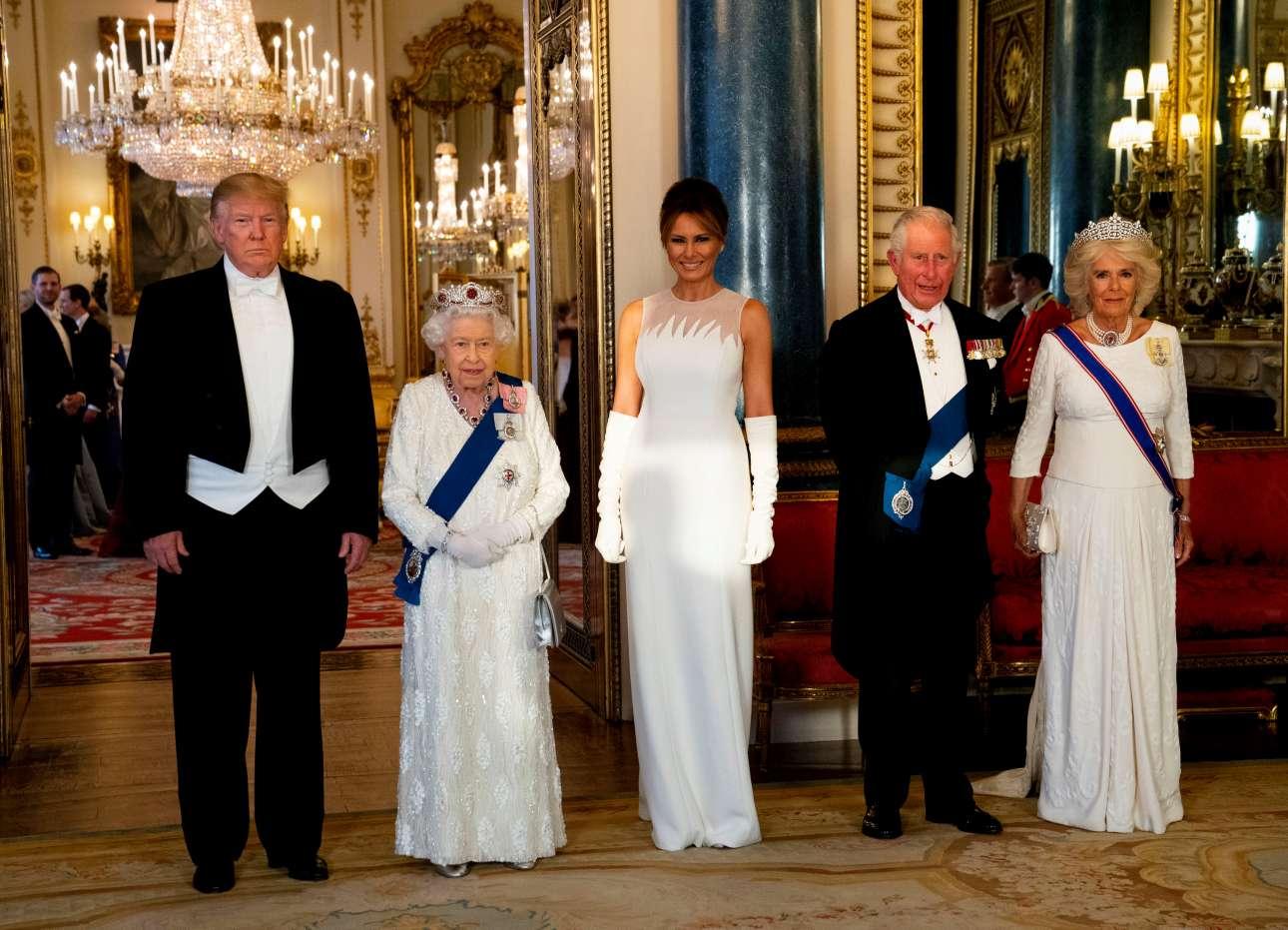 Ο πρόεδρος, η βασίλισσα, η πρώτη κυρία, ο διάδοχος του θρόνου, Κάρολος και η δούκισσα της Κορνουάλης, Καμίλα μπαίνουν στην αίθουσα του δείπνου