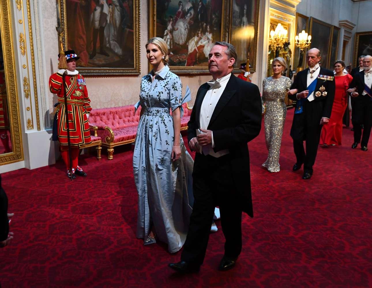 Η Ιβάνκα Τραμπ και ο βρετανός υπουργός Διεθνούς Εμπορίου Λίαμ Φοξ προσέρχονται στο δείπνο
