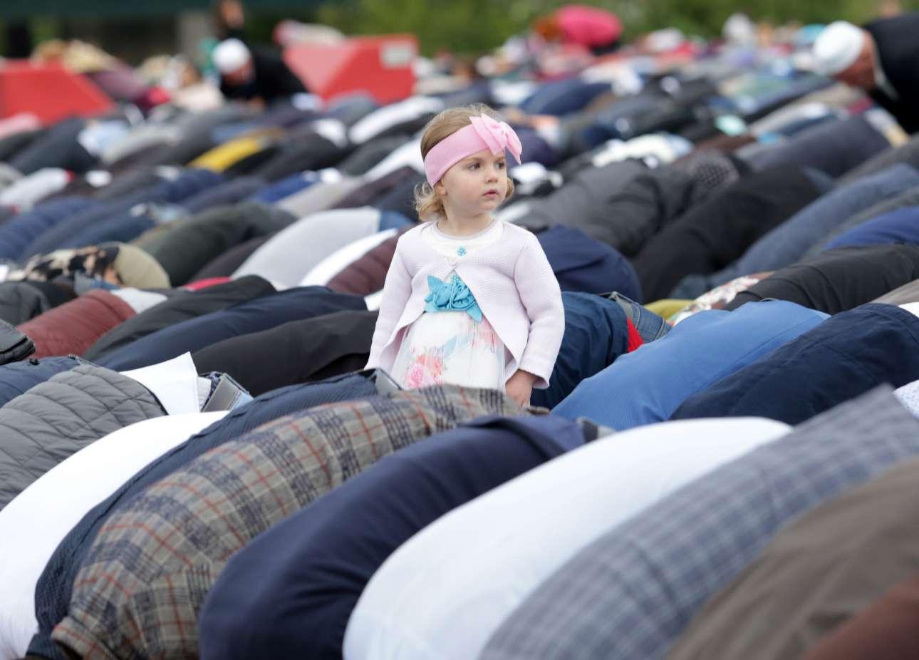 Ενα κοριτσάκι διακρίνεται στην πλατεία Σκεντέρμπεη των Τιράνων την ώρα της πρωινής προσευχής για τη γιορτή Ιντ αλ-φιτρ που σηματοδοτεί το τέλος του ισλαμικού ιερού μήνα της νηστείας Ραμαντάν (Ραμαζάνι)