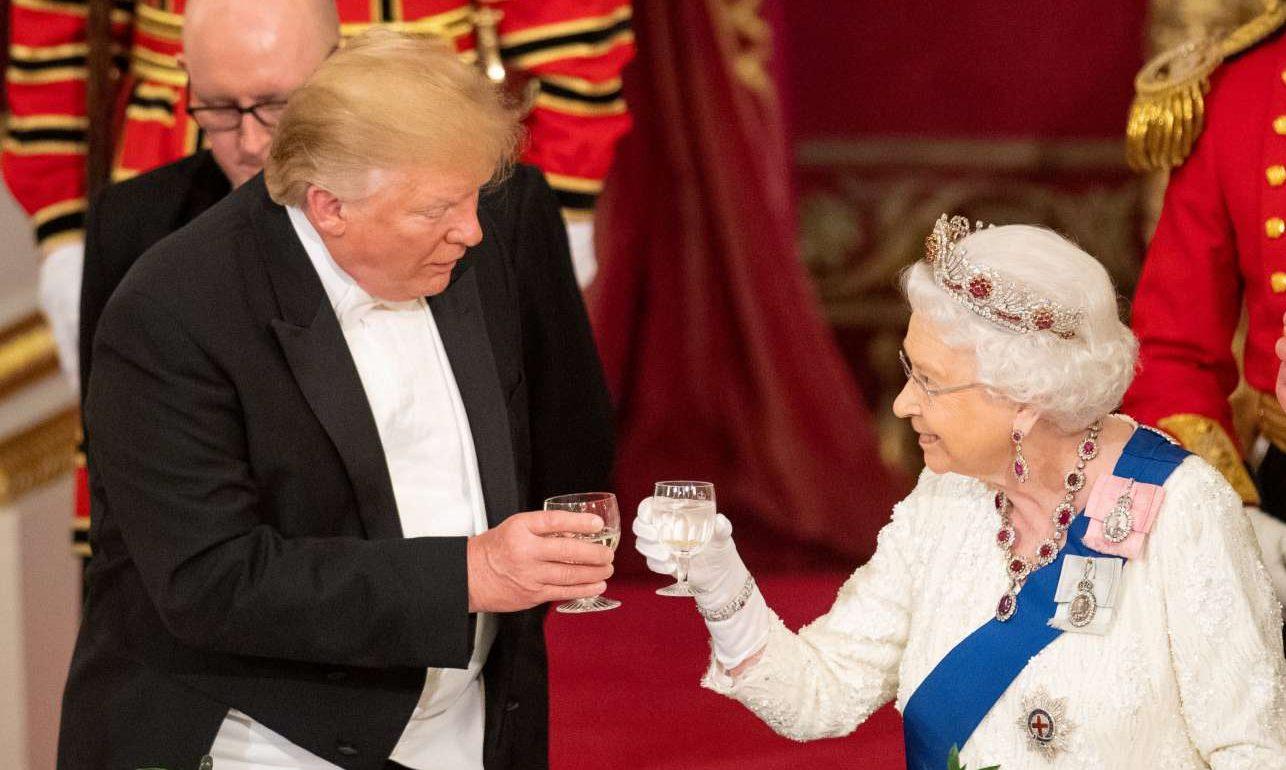 Η Βασίλισσα Ελισάβετ Β' και ο αμερικανός πρόεδρος τσουγκρίζουν τα ποτήρια τους στο επίσημο δείπνο του Μπάκιγχαμ