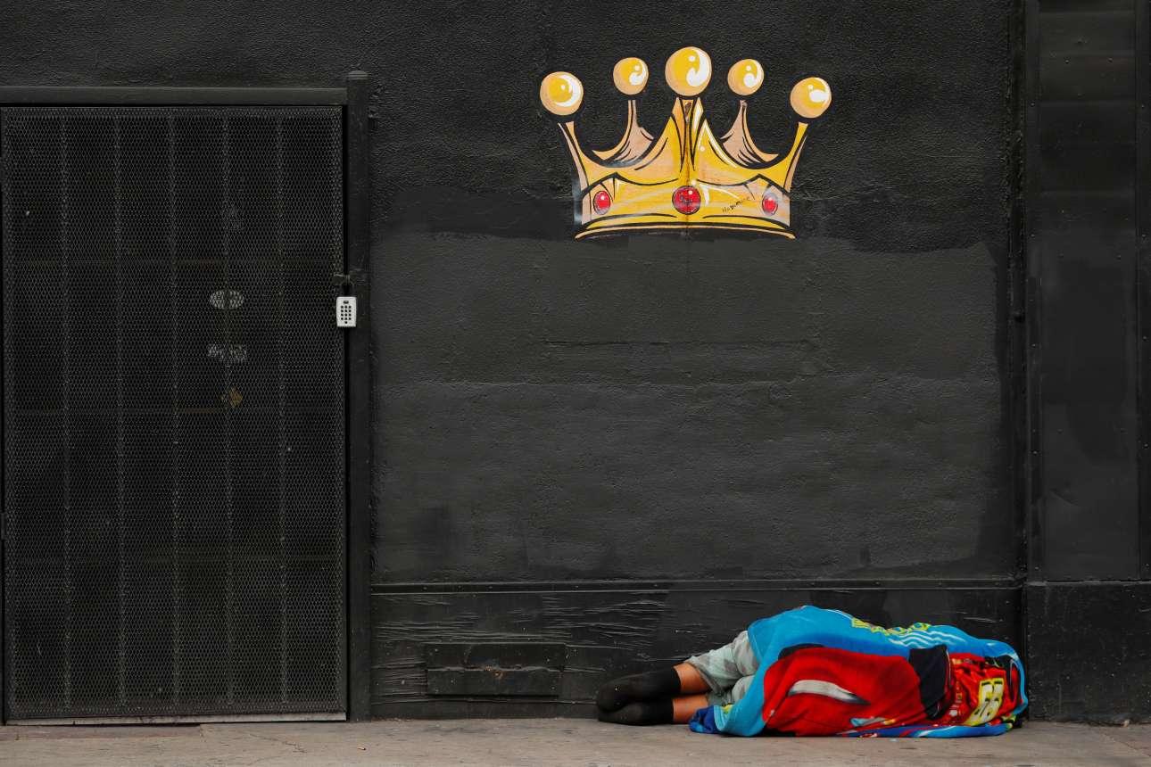 Aστεγος κοιμάται σε πεζοδρόμιο στο Λος Αντζελες. Ραγδαία είναι η αύξηση των αστέγων στην πόλη (16%) σε διάστημα μόλις ενός έτους, ένα ακόμη στοιχείο το οποίο φανερώνει τη μεγάλη εισοδηματική και κοινωνική ανισότητα και την κρίση στέγασης στην Καλιφόρνια
