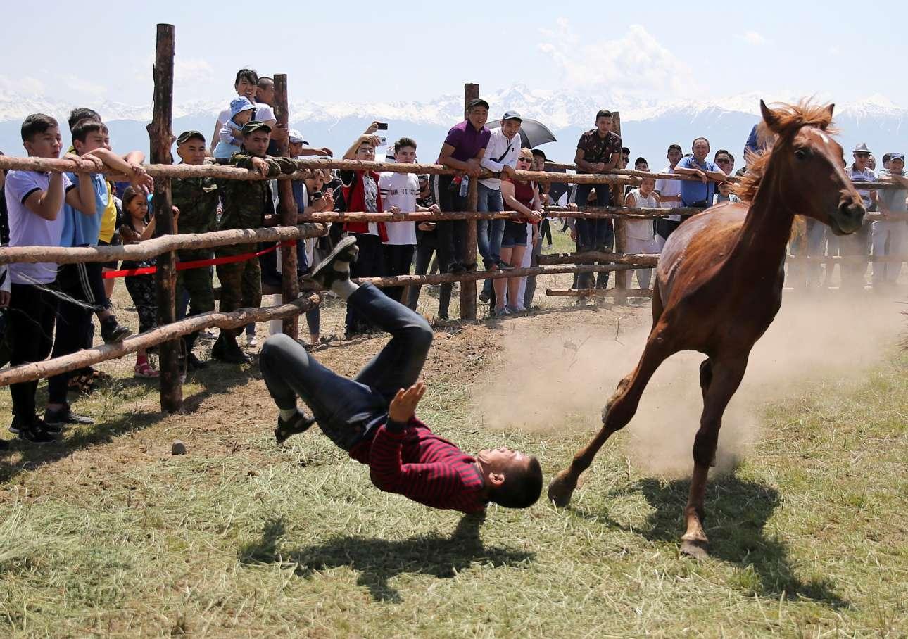 Ενας άνδρας πέφτει από άλογο στην προσπάθειά του να το τιθασεύσει κατά τη διάρκεια παραδοσιακού φεστιβάλ στο Αλμάτι του Καζακστάν