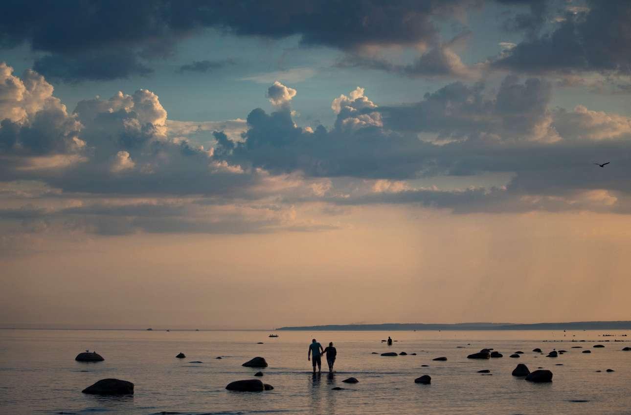 Ζευγάρι περπατάει στην Βαλτική Θάλασσα, έξω από την Αγία Πετρούπολη