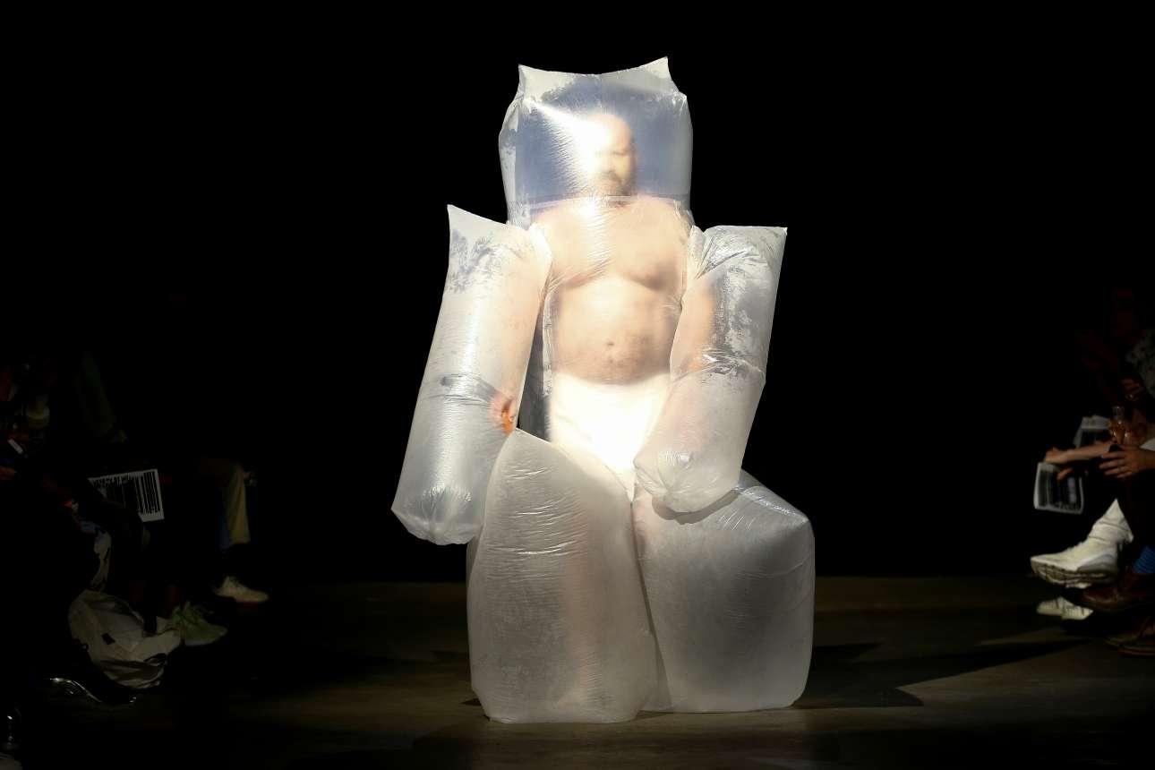 Ενα διαφορετικό μοντέλο παρουσιάζει μια επίσης διαφορετική δημιουργία, κατά την διάρκεια της Εβδομάδας Ανδρικής Μόδας στο Λονδίνο