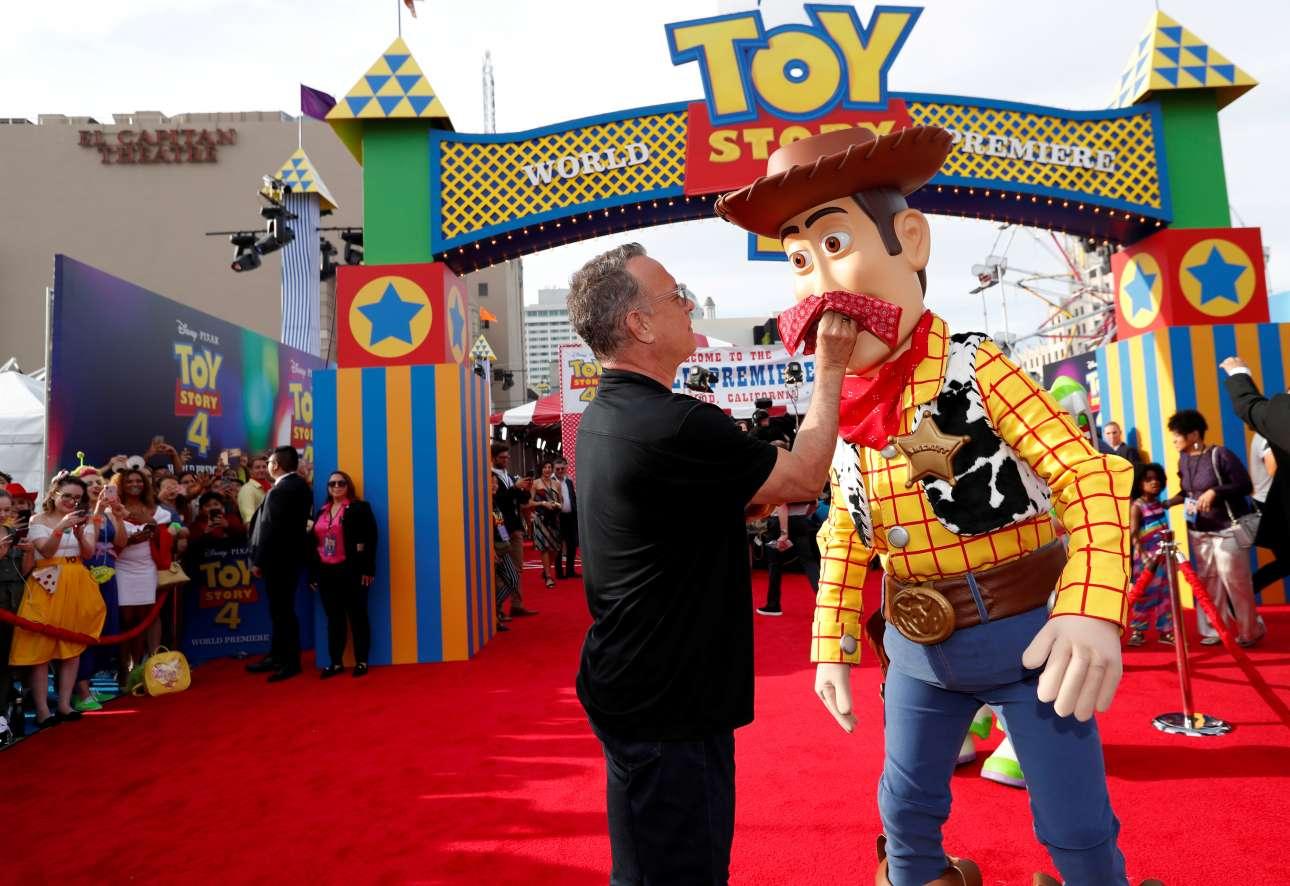 Ο Τομ Χανκς στην πρεμιέρα του «Toy Story 4» στην Καλιφόρνια μαζί με τον σερίφη Γούντι, στον οποίο δανείζει την φωνή του, στο αγαπημένο κινούμενο σχέδιο της Pixar