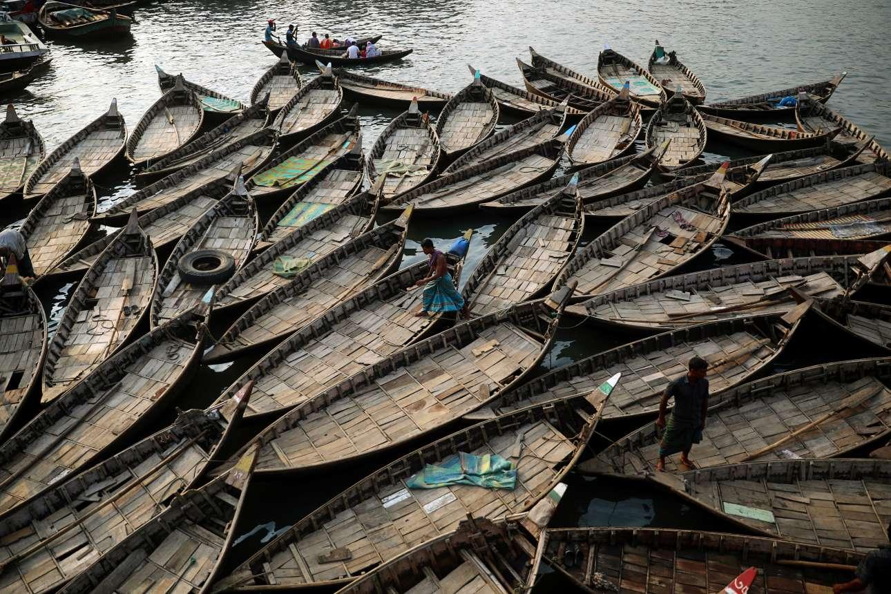 Βάρκες, που χρησιμοποιούνται για την μεταφορά επιβατών στον ποταμό Μπουριγκάνα στην Ντάκα του Μπαγκλαντές, έχουν στοιβαχτεί στις όχθες