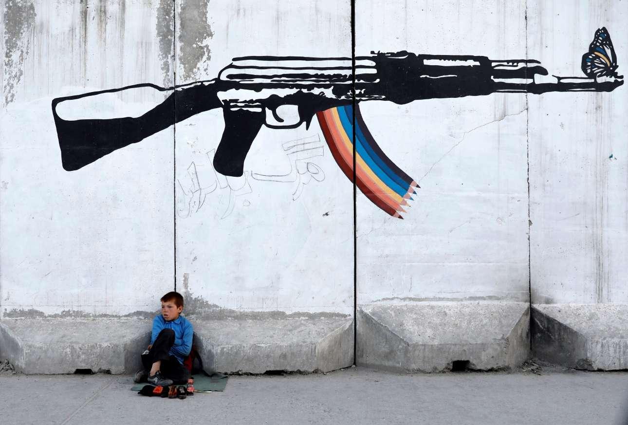 Aνήλικος λουστράκος περιμένει για πελάτες σε δρόμο της Καμπούλ, στο Αφγανιστάν