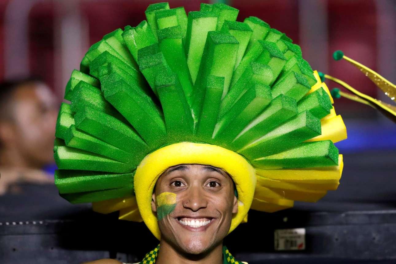 Αρχισε τα ξημερώματα του Σαββάτου στη Βραζιλία το Κόπα Αμέρικα. Εδώ, ένας χορευτής ποζάρει στον φακό λίγο πριν από την τελετή έναρξης. Ο αγώνας μεταξύ Βραζιλίας και Βολιβίας έληξε με 3-0 υπέρ των διοργανωτών