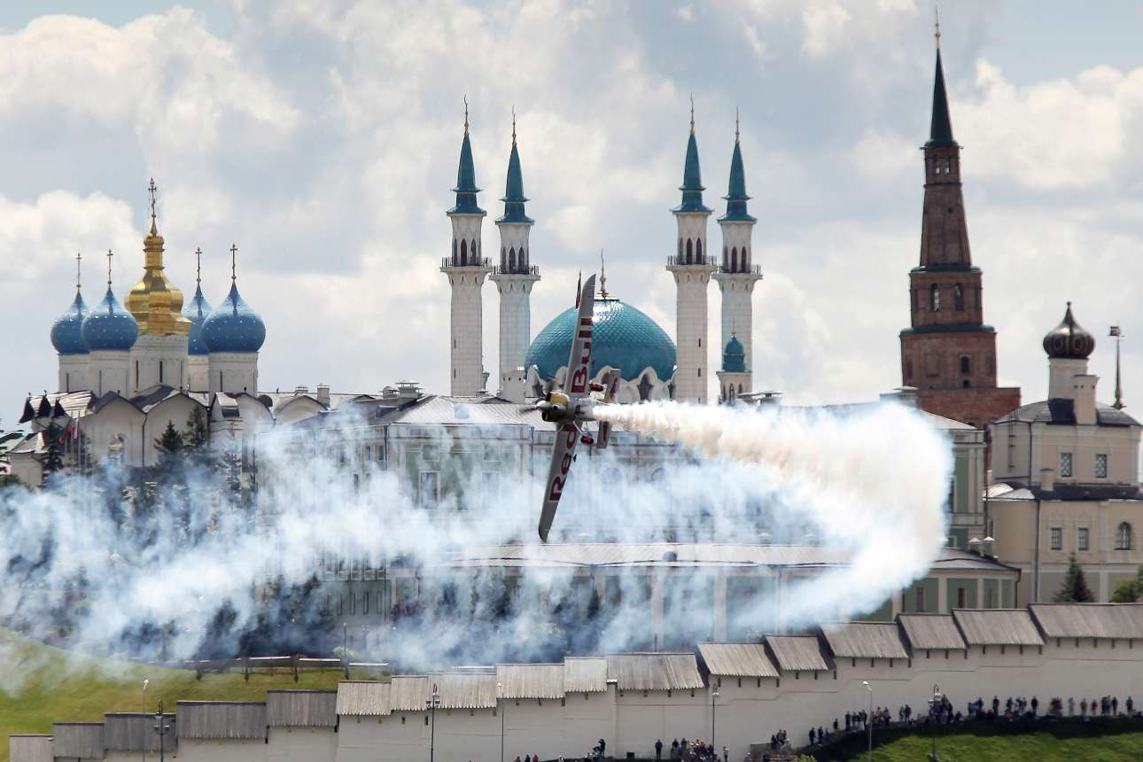 Εντυπωσιακή φιγούρα αεροσκάφους στο Παγκόσμιο Πρωτάθλημα Red Bull Air Race που διεξάγεται στο Καζάν της Ρωσίας