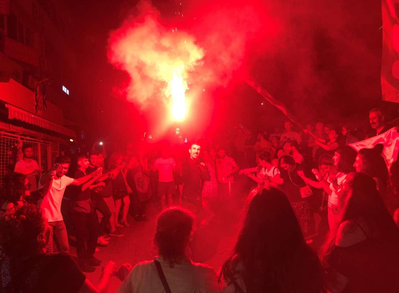 Καπνογόνα και χοροί για μια νίκη που ήλθε για δεύτερη φορά και μάλιστα μεγαλύτερη από την πρώτη