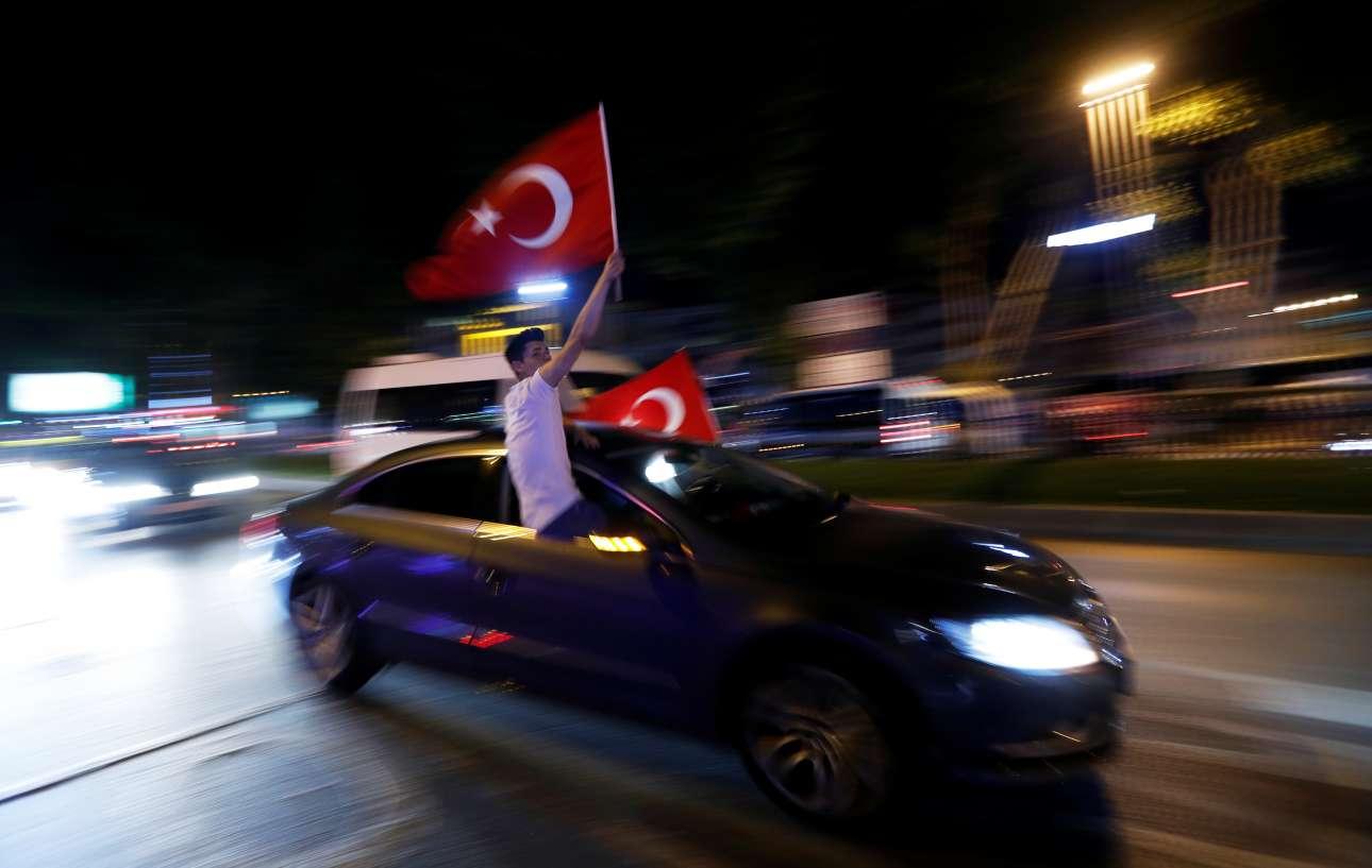 Ψηφοφόροι με σημαίες σε αυτοκίνητα που γυρνούν στους δρόμους και (υποθέτει κανένας) κορνάρουν ασταμάτητα