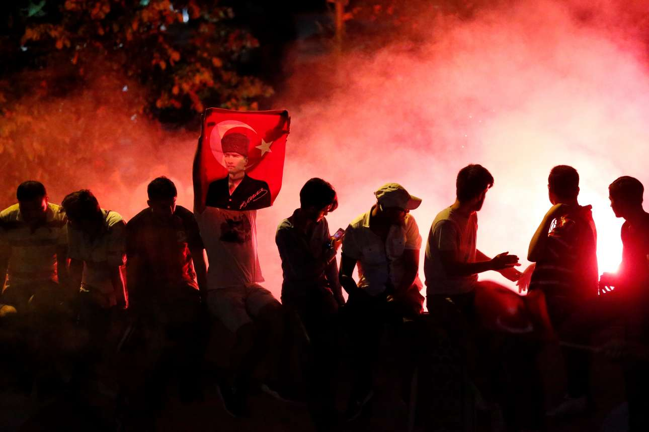 Κεμάλ και τουρκικές σημαίες: Τον Ιμάμογλου στήριξε η κοσμική αντιπολίτευση