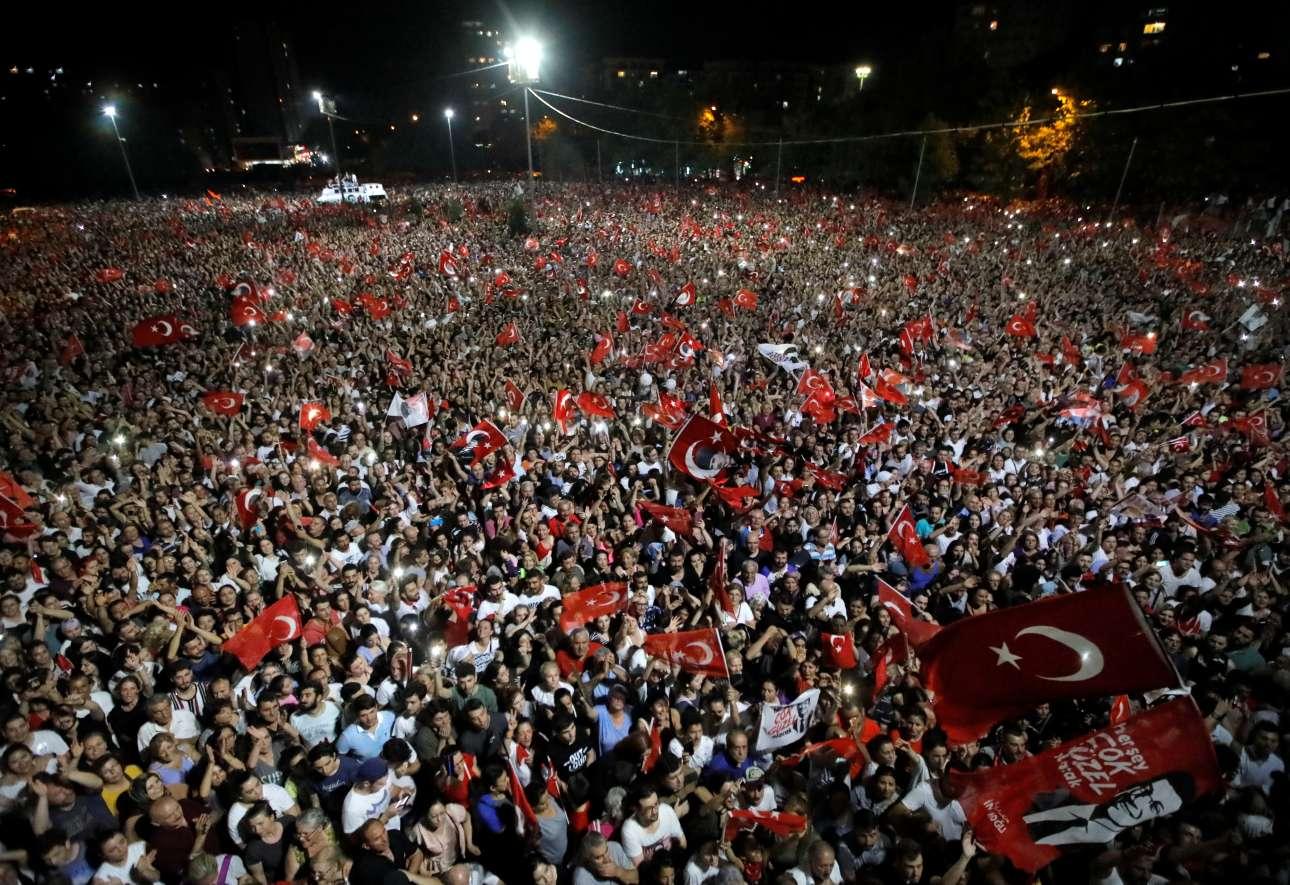 Δεκάδες χιλιάδες άνθρωποι περιμένουν τον δήμαρχο, μια εικόνα που θυμίζει εθνικές εκλογές