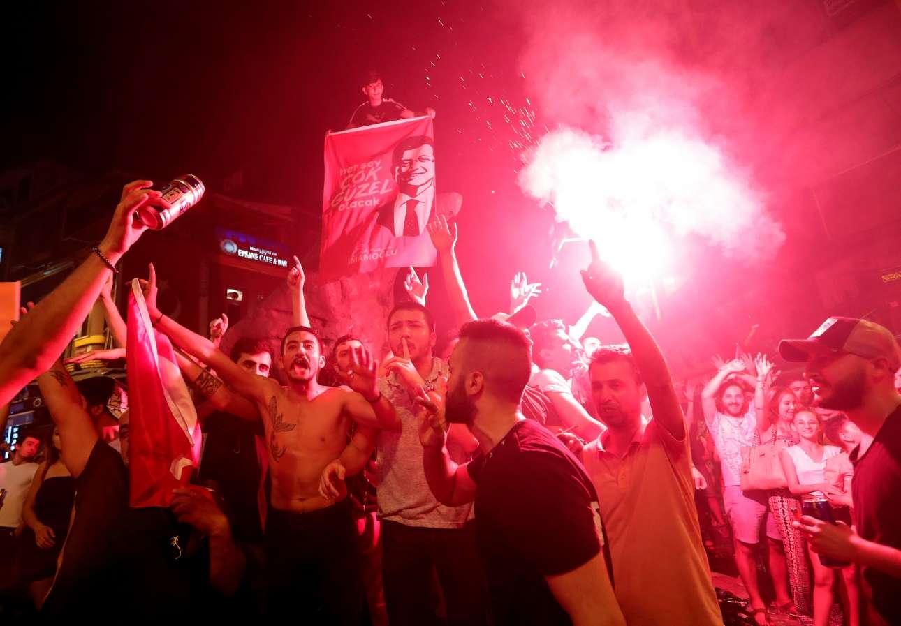 Σκηνικό ποδοσφαιρικού θριάμβου στους δρόμους της Πόλης