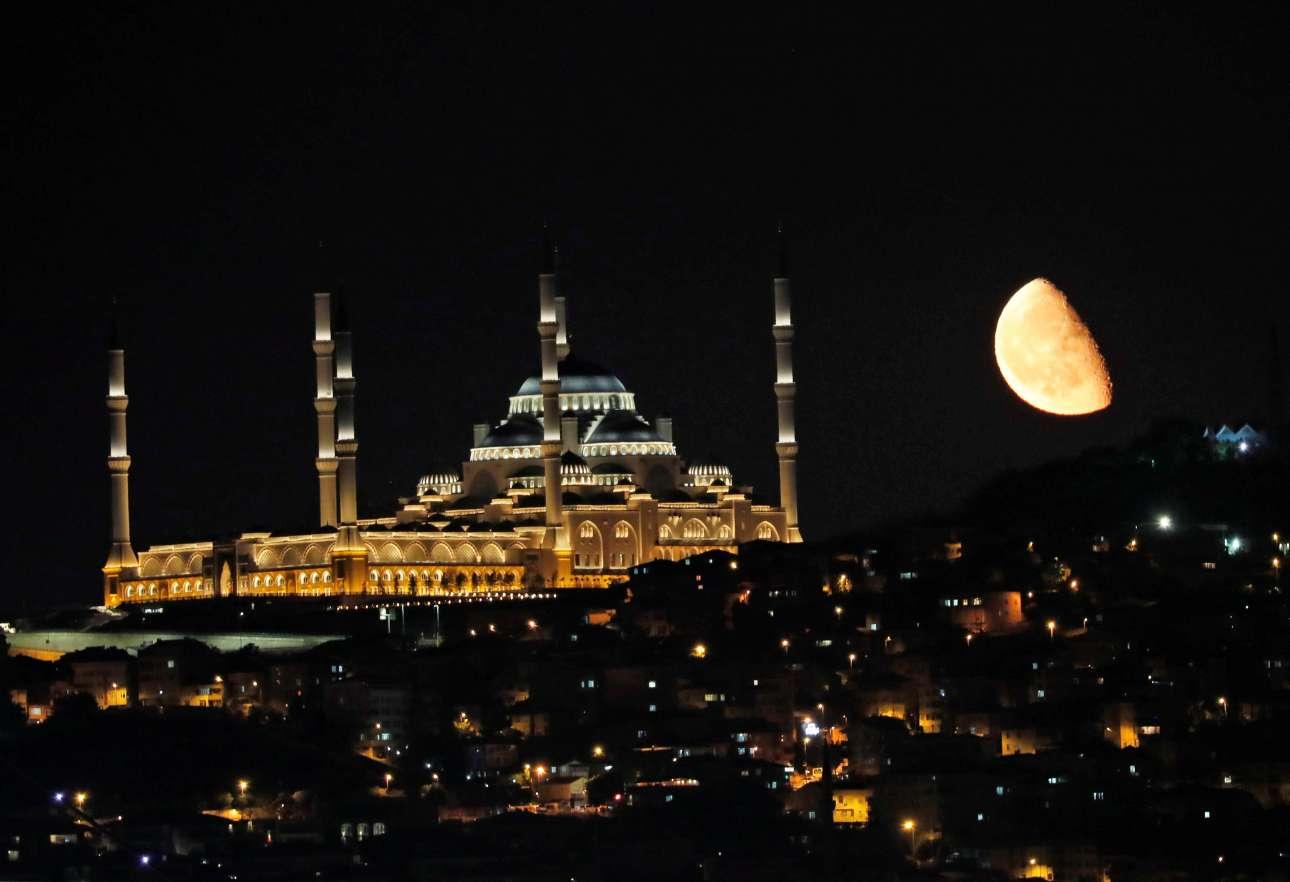 Το μισοφέγγαρο ανατέλλει πάνω από το τέμενος Τσαμλιτζά, ένα από τα «μεγάλα έργα» του Ερντογάν στην Κωνσταντινούπολη