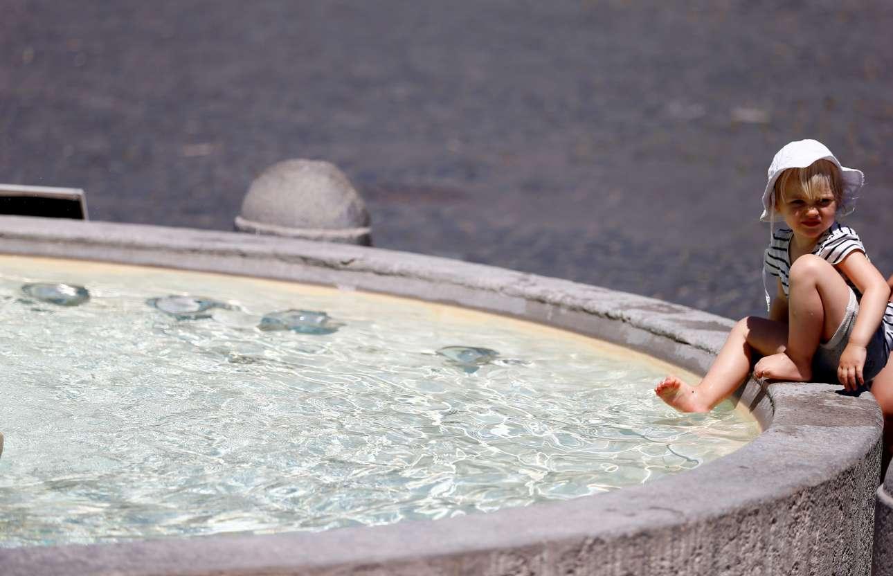Κοριτσάκι δροσίζει τα πόδια του σε σιντριβάνι στη Ρώμη. Η κατάσταση στην ιταλική πρωτεύουσα ήταν αφόρητη