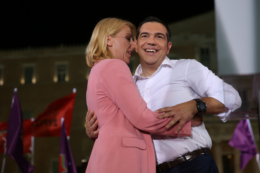 Μάιος 2019. Η Ρένα Δούρου σφιχταγκαλιάζει τον Αλέξη Τσίπρα στην κεντρική προεκλογική συγκέντρωση του ΣΥΡΙΖΑ για τις ευρωεκλογές