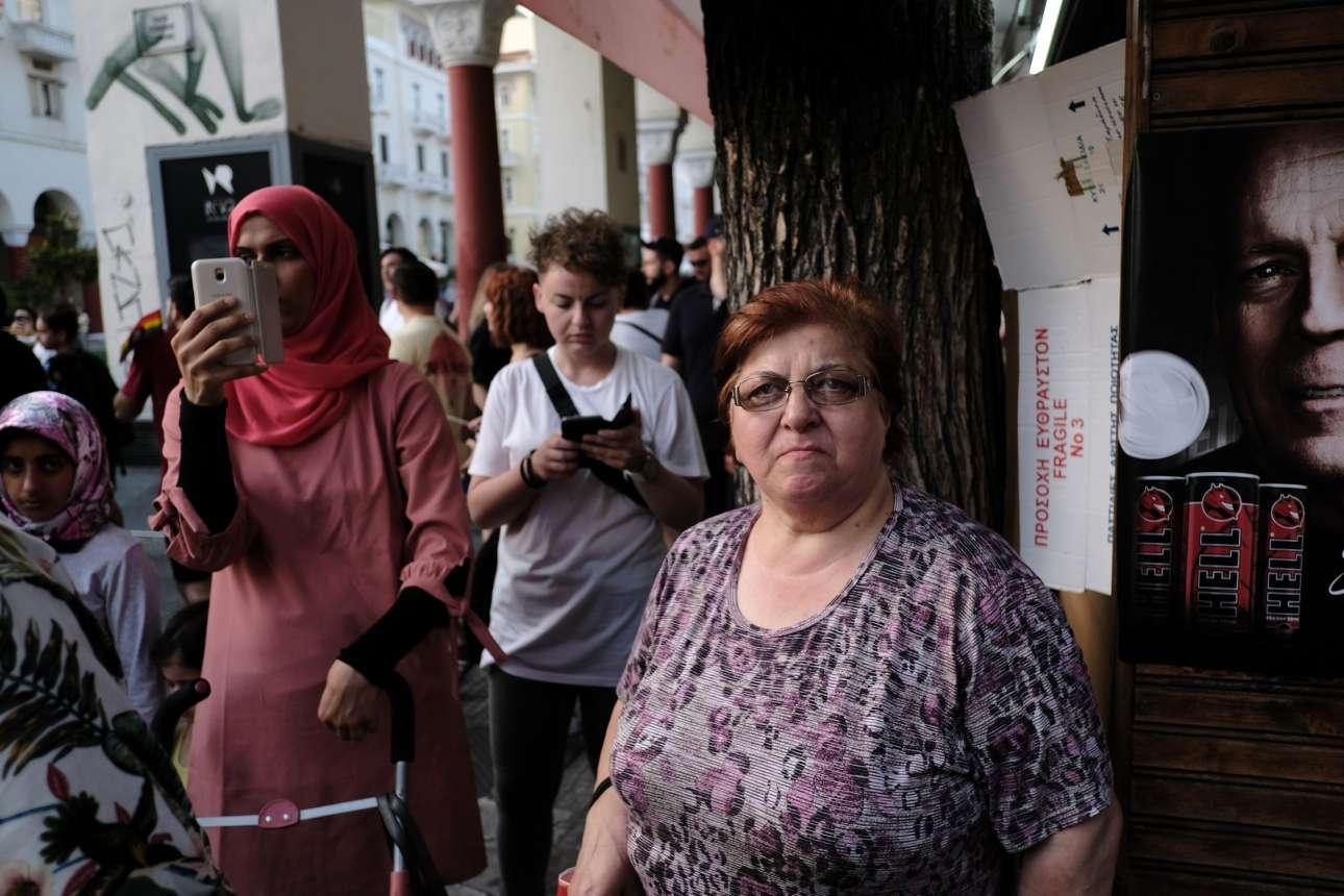 Δεν συμμετείχαν όλοι. Πολλοί Θεσσαλονικείς απλώς στάθηκαν στο πεζοδρόμιο για να παρατηρήσουν το θέαμα
