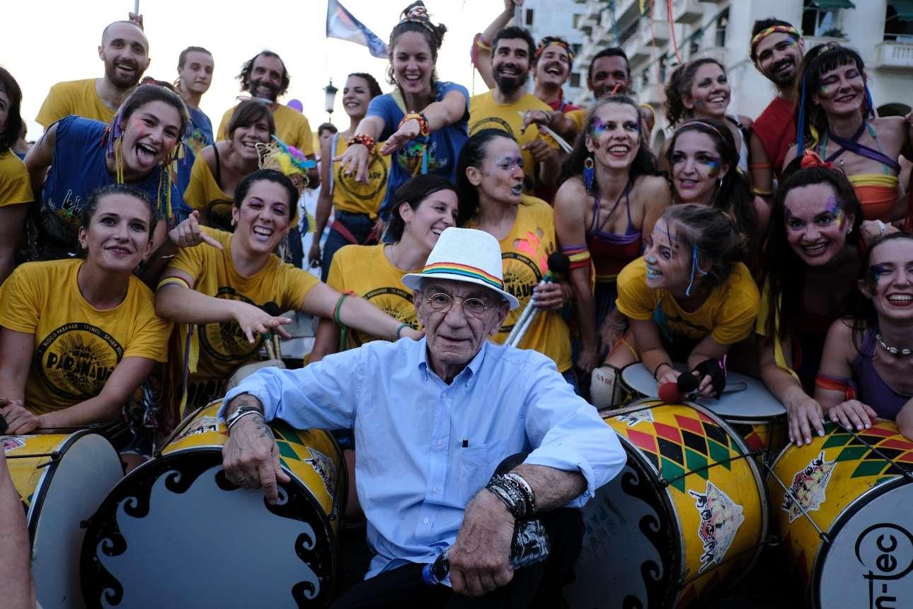 Ο δήμαρχος Θεσσαλονίκης Γιάννης Μπουτάρης ποζάρει με μια μπάντα του Thessaloniki Pride