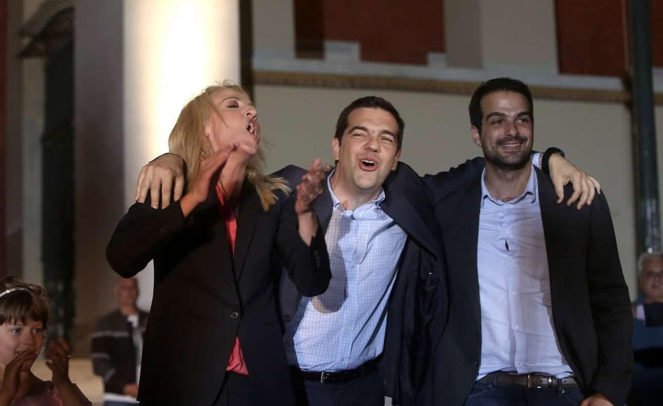 Μάιος 2014. Δούρου και Τσίπρας ιδιαίτερα εκδηλωτικοί στα Προπύλαια, ύστερα από τη νίκη της πρώτης επί του Γιάννη Σγουρού – ο Γαβριήλ Σακελλαρίδης πολύ πιο συγκρατημένος. Το αποτέλεσμα στην Περιφέρεια Αττικής είχε θεωρηθεί τότε ως προπομπός της έλευσης του ΣΥΡΙΖΑ στην εξουσία.