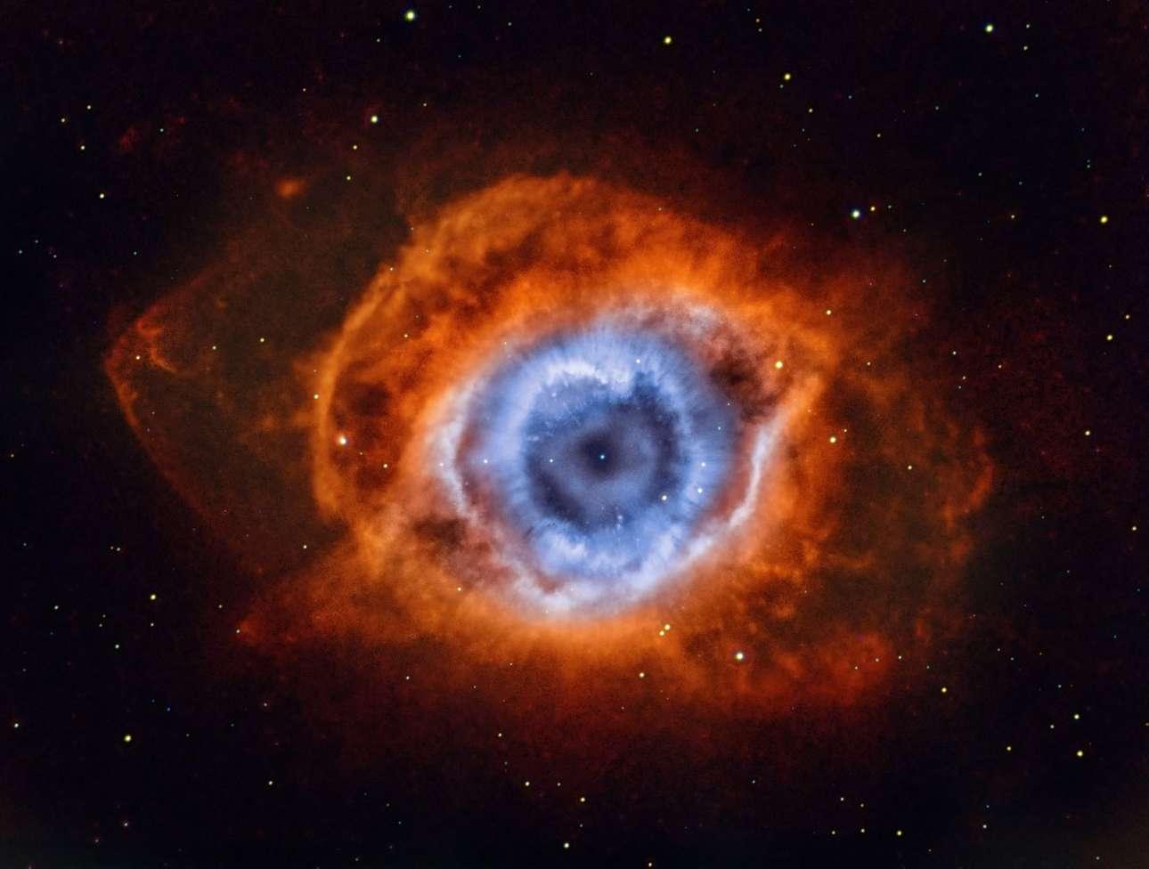 «Βαθιά μέσα στην καρδιά της Μόρντορ»... Το NGC 7293 είναι γνωστό και ως το νεφέλωμα της Ελικας γιατί μοιάζει σαν να κοιτάζεις κάτω στον άξονα ενός έλικα και είναι ένα από τα λαμπρότερα παραδείγματα πλανητικού νεφελώματος