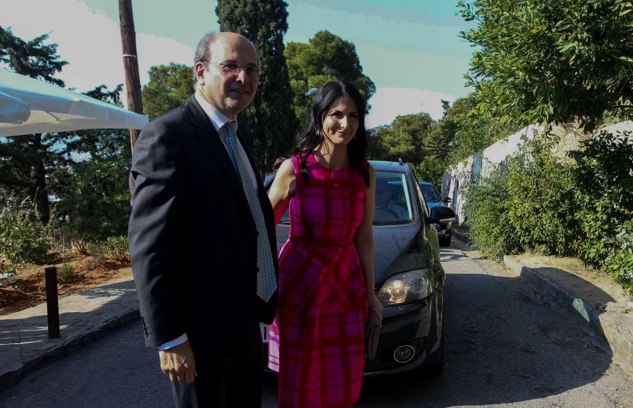 Ο αντιπρόεδρος της ΝΔ Κωστής Χατζηδάκης καταφθάνει στον ναό με τη σύζυγό του