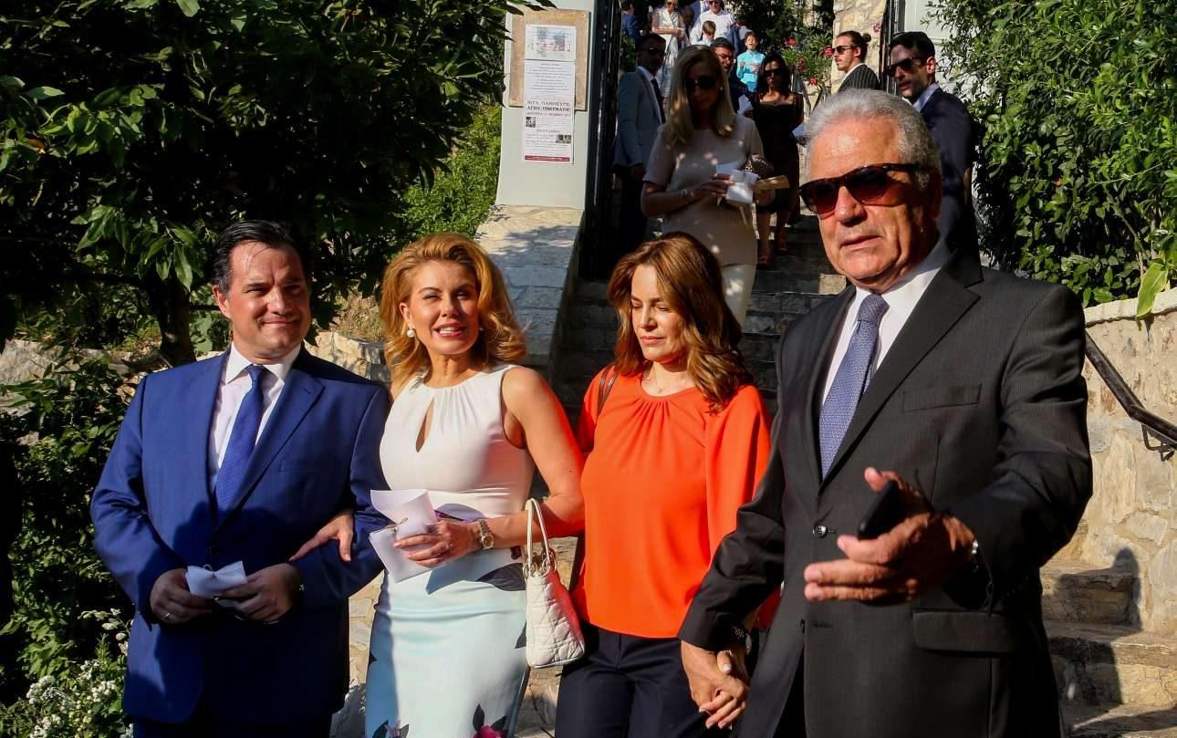 Με αγέρωχο -τι άλλο;- στιλ ο απερχόμενος ευρωπαίος επίτροπος Δημήτρης Αβραμόπουλος αποχωρεί από την τελετή, κερδίζοντας τον θαυμασμό του ζεύγους Γεωργιάδη