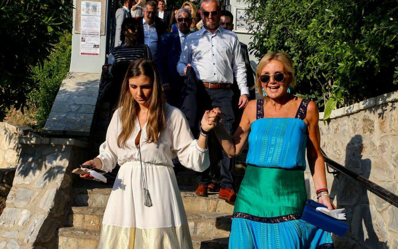 Η σύζυγος του προέδρου της ΝΔ, Μαρέβα Γκραμπόφσκι, αποχωρεί ευδιάθετη μετά το πέρας της τελετής