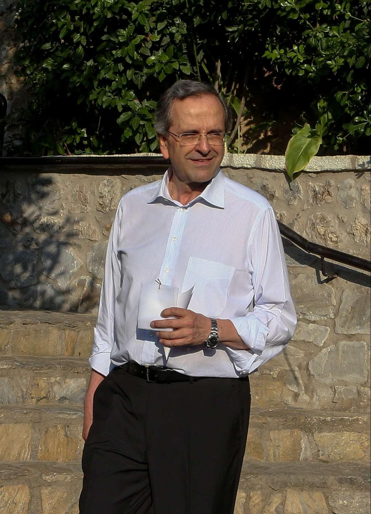 Ο πρώην Πρωθυπουργός Αντώνης Σαμαράς με καλοκαιρινό στιλ και με τα κουφέτα στο χέρι