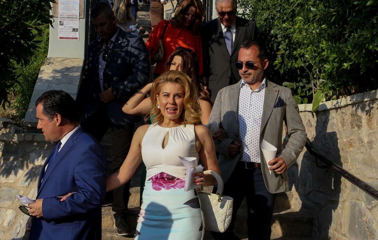 Ο αντιπρόεδρος της ΝΔ Αδωνις Γεωργιάδης και η σύζυγός του, Ευγενία Μανωλίδου, αποχωρούν από την εκκλησία μετά την τελετή