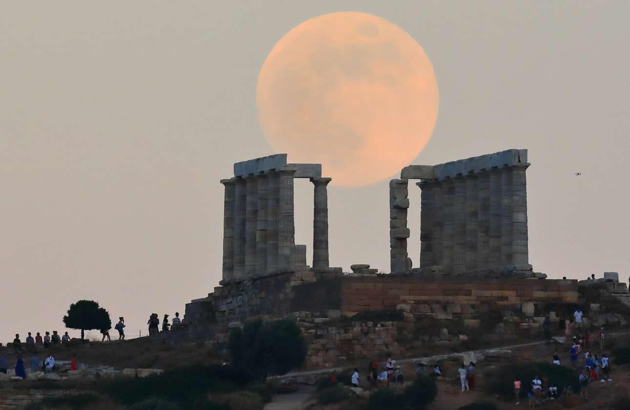 Απόγευμα Δευτέρας, οι επισκέπτες στο Σούνιο έχουν το σπάνιο προνόμιο να θαυμάσουν τον Ναό του Ποσειδώνα με την πρώτη Πανσέληνο του καλοκαιριού