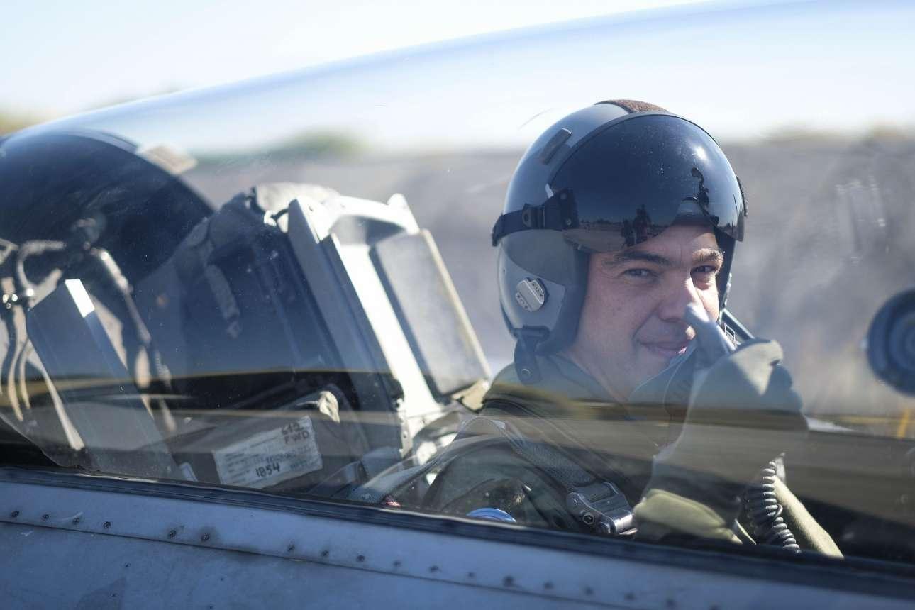 Οκτώβριος 2017. Συνεχίζει την παράδοση πολιτικών που νιώθουν ότι παίζουν στο «Top Gun». Επιβιβάζεται σε F-16 από την 110 ΠΜ στη Λάρισα