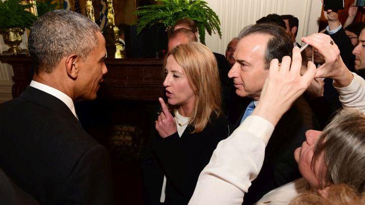Απρίλιος 2015. Με τη φόρα, την οίηση και την αμετροέπεια της Πρώτης Φοράς Αριστερά, η Ρένα Δούρου υψώνει το δάκτυλο στον Μπαράκ Ομπάμα στην εκδήλωση που παρέθεσε ο 44ος πρόεδρος των ΗΠΑ στον Λευκό Οίκο προς τιμήν της Ελλάδας για την Επανάσταση του '21