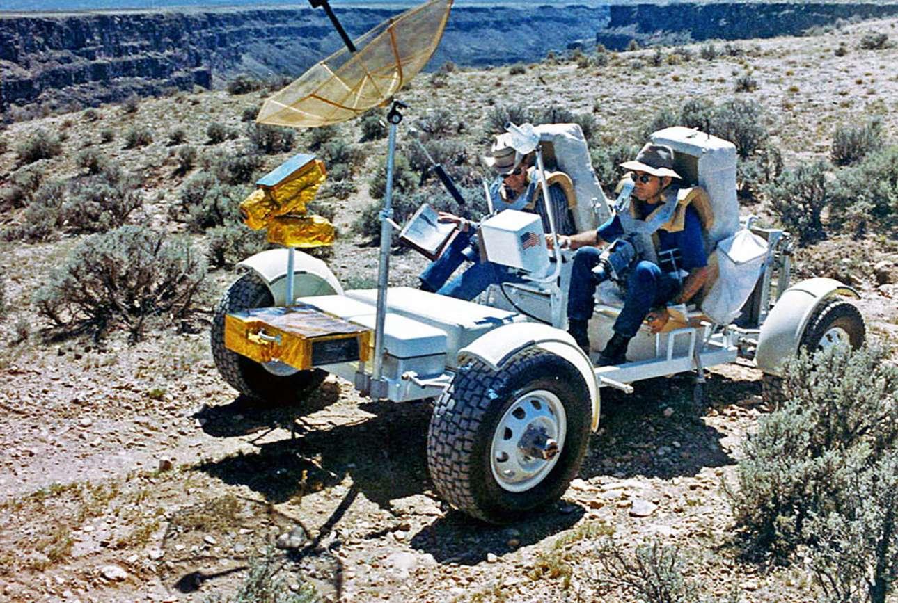 Οι αστροναύτες Τσαρλς Ντιούκ και Τζον Γιάνγκ οδηγούν στην έρημο της Αριζόνα το «Grover», ένα εκπαιδευτικό όχημα παρόμοιο με εκείνα που θα χρησιμοποιούνταν για την μετακίνηση των αστροναυτών στην επιφάνεια της Σελήνης. Οι δύο αστροναύτες ήταν μέλη της αποστολής Apollo 16 και πάτησαν στην επιφάνεια της Σελήνης το 1972