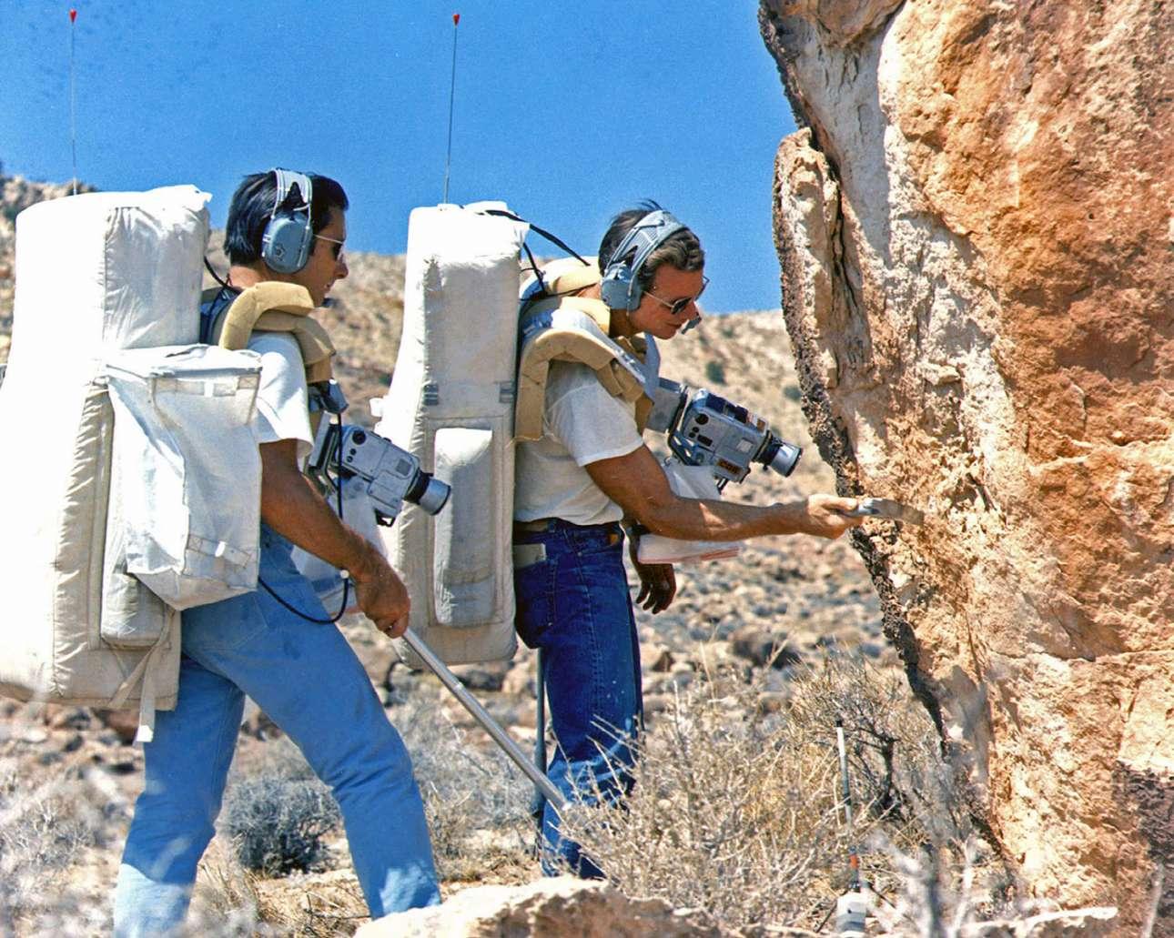 Οι αστροναύτες Τζιμ Ιργουιν και Ντέιβ Σκοτ κάνουν στην περιοχή Coconino Point της Αριζόνα γεωλογικές έρευνες φορώντας μέρος της στολής που θα φορούσαν στην επιφάνεια της Σελήνης. Οι δύο αστροναύτες ταξίδεψαν στην Σελήνη το 1971 με την αποστολή Apollo 15
