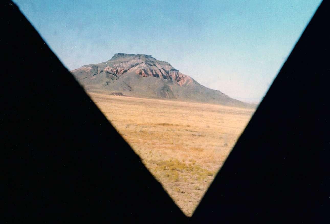 Μια εικόνα της περιοχής Chezhin Chotah Butte το 1965 μέσα από το παράθυρο ενός αντιγράφου σεληνακάτου